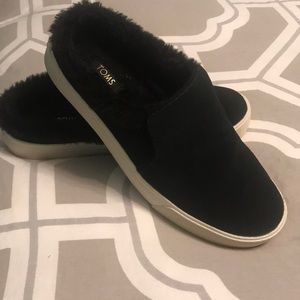 Toms fuzzy lined black slippers